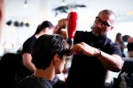 fryzjer w trakcie pracy
