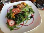 Sałatka owocowo warzywna na talerzu