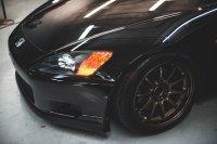 koło czarnego samochodu