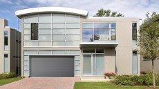 Brama garażowa segmentowa WIŚNIOWSKI w kolorze antracyt, idealnie komponuje się ze stolarką aluminiową w nowoczesnej aranżacji.